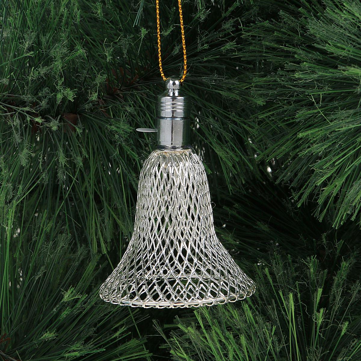 Подвеска новогодняя Luazon Lighting Колокольчик, световая, цвет: серебристый, длина 7 см2327193Световая новогодняя подвеска Luazon Lighting Колокольчик выполнена из металла в виде объемного колокольчика. Елочное украшение выглядит как простая елочная игрушка днем, но при этом остается видимой вечером. Просто включите изделие с наступлением темноты, и оно украсит елку огоньками. Подвеска Luazon Lighting Колокольчик работает от батареек (входит в комплект) и пожаробезопасна, так как светодиоды не нагреваются, в отличие от ламп накаливания.
