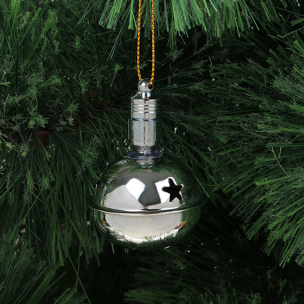 Подвеска новогодняя Luazon Lighting Погремушка, световая, цвет: серебристый, длина 5,5 см2327166Световая новогодняя подвеска Luazon Lighting Погремушка выполнена из металла в виде погремушки. Елочное украшение выглядит как простая елочная игрушка днем, но при этом остается видимой вечером. Просто включите изделие с наступлением темноты, и оно украсит елку огоньками. Подвеска Luazon Lighting Погремушка работает от батареек (входит в комплект) и пожаробезопасна, так как светодиоды не нагреваются, в отличие от ламп накаливания.