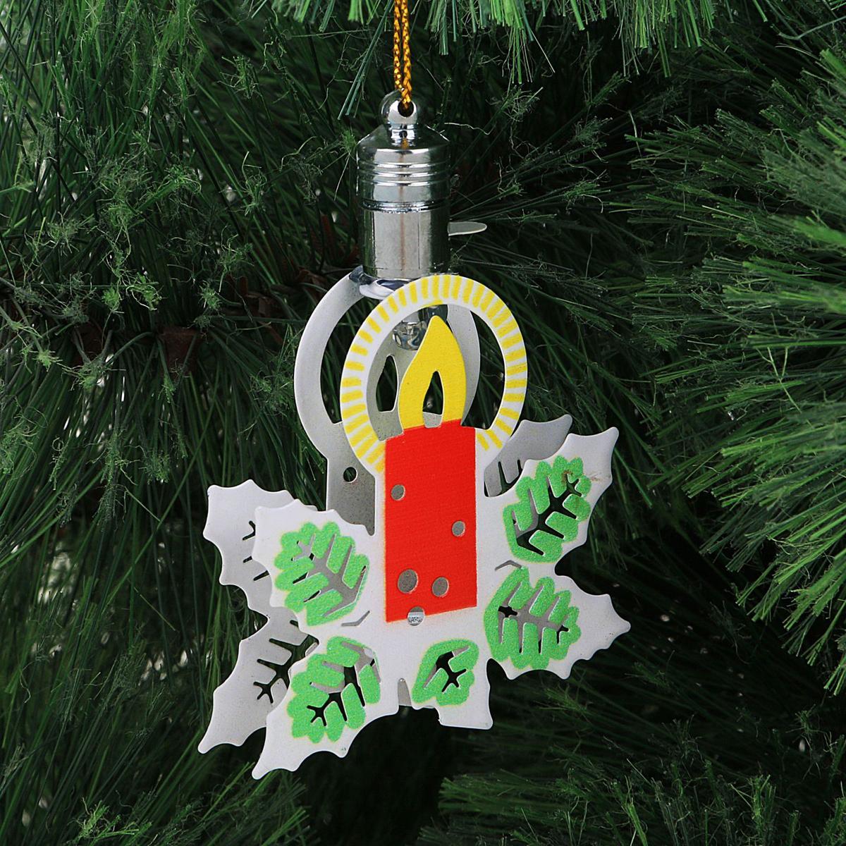 Украшение новогоднее подвесное Luazon Lighting Свечка, световое, 8,5 см2327183Световая новогодняя подвеска Luazon Lighting выполнена из металла в виде свечки. Елочное украшение выглядит как простая елочная игрушка днем, но при этом остается видимой вечером. Просто включите изделие с наступлением темноты, и оно украсит елку огоньками. Подвеска Luazon Lighting работает от батареек (входят в комплект) и пожаробезопасна, так как светодиоды не нагреваются, в отличие от ламп накаливания.