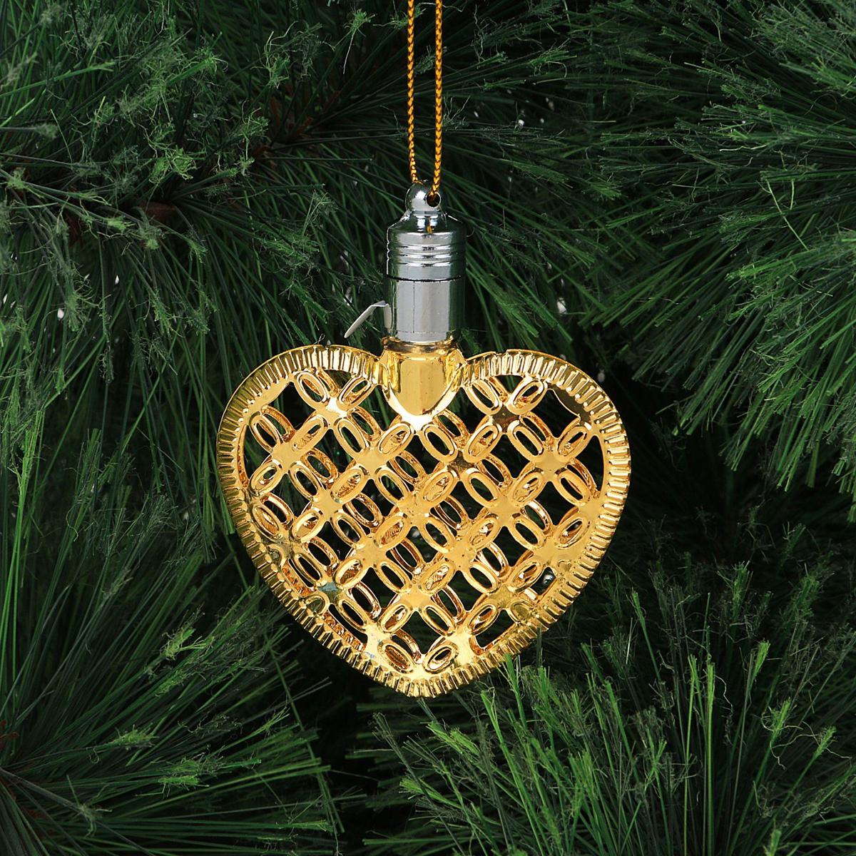 Украшение новогоднее подвесное Luazon Lighting Сердце, световое, цвет: золотой, 7,5 см2327174Световая новогодняя подвеска Luazon Lighting выполнена из металла в виде сердца. Елочное украшение выглядит как простая елочная игрушка днем, но при этом остается видимой вечером. Просто включите изделие с наступлением темноты, и оно украсит елку огоньками. Подвеска Luazon Lighting работает от батареек (входят в комплект) и пожаробезопасна, так как светодиоды не нагреваются, в отличие от ламп накаливания.
