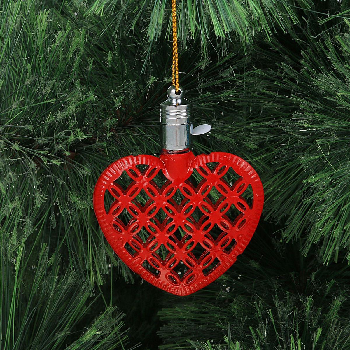 Украшение новогоднее подвесное Luazon Lighting Сердце, световое, цвет: красный, 7,5 см2327172Световая новогодняя подвеска Luazon Lighting выполнена из металла в виде сердца. Елочное украшение выглядит как простая елочная игрушка днем, но при этом остается видимой вечером. Просто включите изделие с наступлением темноты, и оно украсит елку огоньками. Подвеска Luazon Lighting работает от батареек (входят в комплект) и пожаробезопасна, так как светодиоды не нагреваются, в отличие от ламп накаливания.
