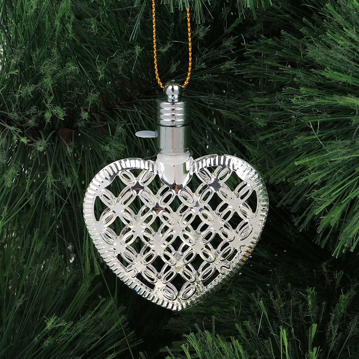 Украшение новогоднее подвесное Luazon Lighting Сердце, световое, цвет: серебристый, 7,5 см2327173Световая новогодняя подвеска Luazon Lighting выполнена из металла в виде сердца. Елочное украшение выглядит как простая елочная игрушка днем, но при этом остается видимой вечером.Просто включите изделие с наступлением темноты, и оно украсит елку огоньками. Подвеска Luazon Lighting работает от батареек (входят в комплект) и пожаробезопасна, так как светодиоды не нагреваются, в отличие от ламп накаливания.