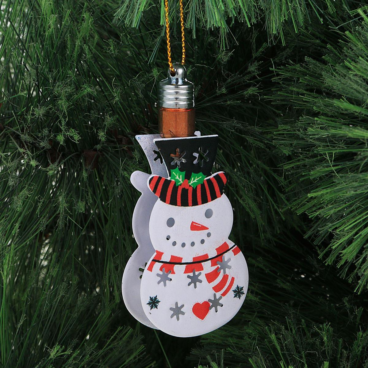 Украшение новогоднее подвесное Luazon Lighting Снеговик, световое, 8,5 см2327184Световая новогодняя подвеска Luazon Lighting выполнена из металла в виде снеговика. Елочное украшение выглядит как простая елочная игрушка днем, но при этом остается видимой вечером. Просто включите изделие с наступлением темноты, и оно украсит елку огоньками. Подвеска Luazon Lighting работает от батареек (входят в комплект) и пожаробезопасна, так как светодиоды не нагреваются, в отличие от ламп накаливания.