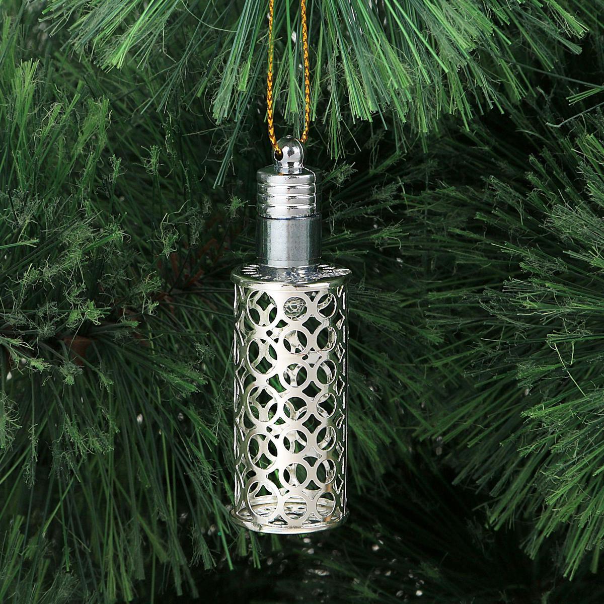 Украшение новогоднее подвесное Luazon Lighting Фонарик, световое, цвет: серебристый, 7 см2327164Световая новогодняя подвеска Luazon Lighting выполнена из металла в виде фонарика. Елочное украшение выглядит как простая елочная игрушка днем, но при этом остается видимой вечером.Просто включите изделие с наступлением темноты, и оно украсит елку огоньками. Подвеска Luazon Lighting работает от батареек (входят в комплект) и пожаробезопасна, так как светодиоды не нагреваются, в отличие от ламп накаливания.