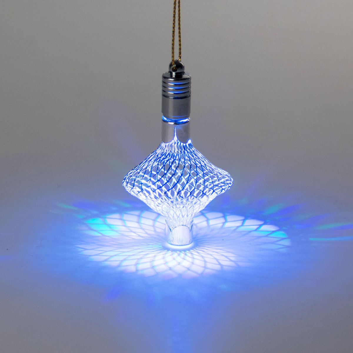 Украшение новогоднее подвесное Luazon Lighting Фонарик, световое, цвет: серебристый, 7 см. 23271892327189Световая новогодняя подвеска Luazon Lighting выполнена из металла в виде фонарика. Елочное украшение выглядит как простая елочная игрушка днем, но при этом остается видимой вечером. Просто включите изделие с наступлением темноты, и оно украсит елку огоньками. Подвеска Luazon Lighting работает от батареек (входят в комплект) и пожаробезопасна, так как светодиоды не нагреваются, в отличие от ламп накаливания.