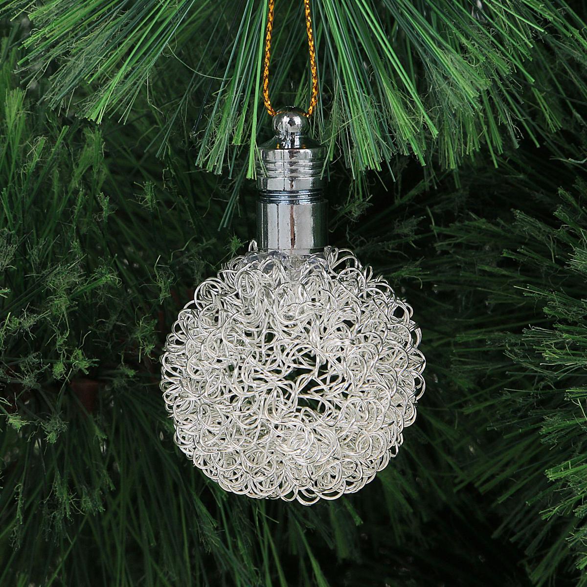 Украшение новогоднее подвесное Luazon Lighting Шарик, световое, цвет: серебристый, 6 см2327187Световая новогодняя подвеска Luazon Lighting выполнена из металла в виде шарика. Елочное украшение выглядит как простая елочная игрушка днем, но при этом остается видимой вечером. Просто включите изделие с наступлением темноты, и оно украсит елку огоньками. Подвеска Luazon Lighting работает от батареек (входят в комплект) и пожаробезопасна, так как светодиоды не нагреваются, в отличие от ламп накаливания.