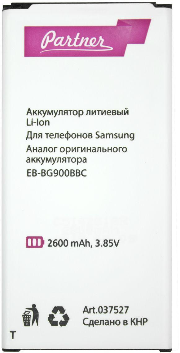 Partner аккумулятор для Samsung Galaxy S5 (2600 мАч)ПР037527Оригинальный аккумулятор Samsung Galaxy S5 уже не выдерживает напряженного темпа работы и разряжаетсядаже при минимальном использовании за считанные часы? Чтобы полноценно использовать Samsung Galaxy S5, нужнокупить новый аккумулятор.Аккумуляторная батарея Partner — аналог АКБ Samsung EB-BG900BBC, соответствующий оригинальному элементупитания по форм-фактору и техническим характеристикам.От перегрева и глубокого разряда аккумуляторную батарею Partner защищает контроллер питания. Реальнаяемкость устройства равна заявленной, сто процентов емкости достигается после 3-5 рабочих циклов.