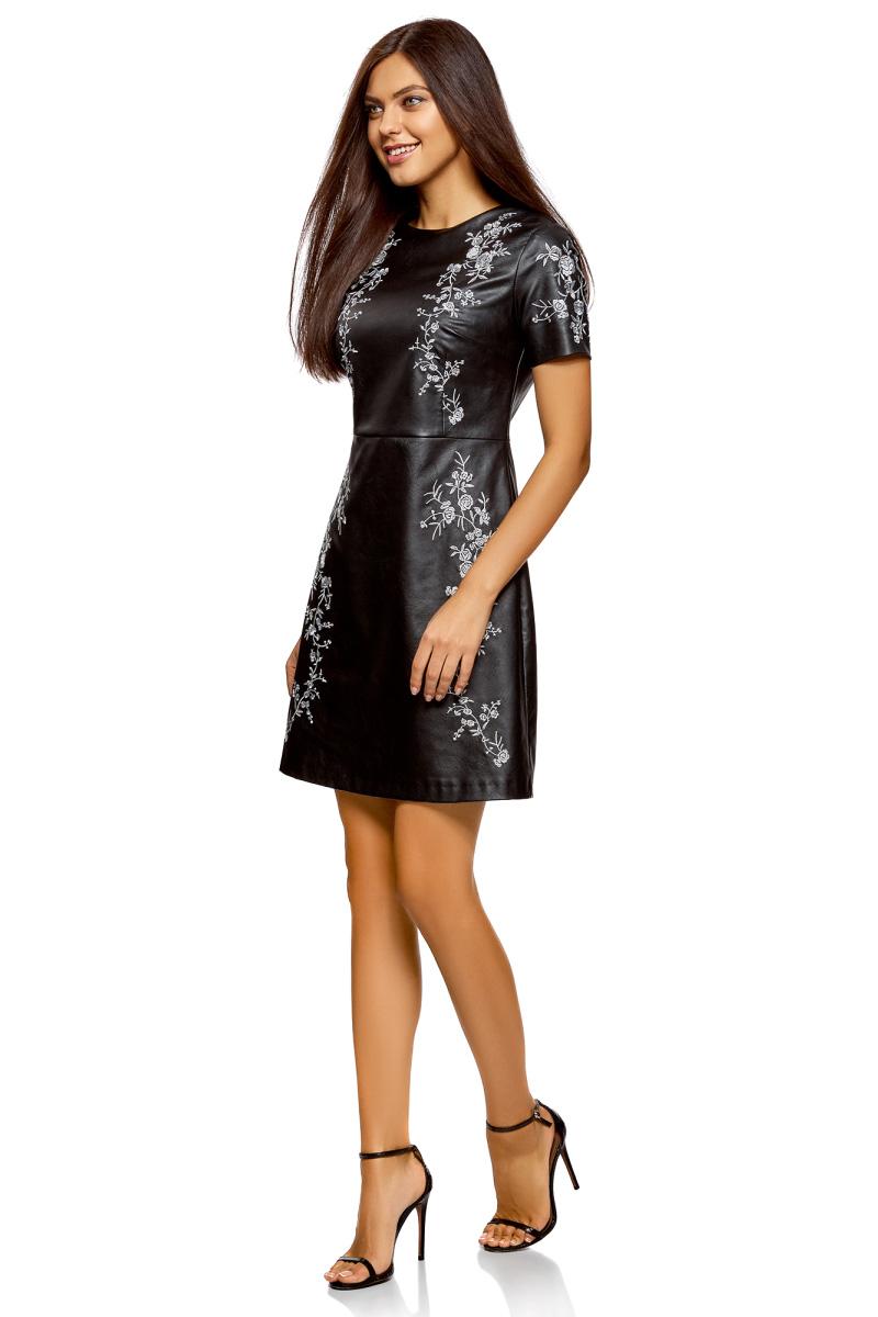 Платье oodji Ultra, цвет: черный. 18L12002/47260/2900N. Размер 42-170 (48-170)18L12002/47260/2900NПлатье-трапеция от oodji, оформленное вышивкой, выполнено из искусственной кожи. Модель с короткими рукавами и круглым вырезом горловины на спине застегивается на потайную молнию.