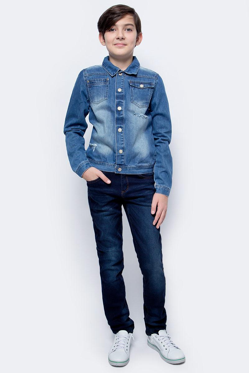 Куртка джинсовая для мальчика Button Blue Main, цвет: голубой. 117BBBC4001D200. Размер 110, 5 лет117BBBC4001D200Джинсовая куртка для мальчика - базовая вещь весенне-летнего гардероба. Она отлично сочетается с брюками, шортами, бриджами, делая комплект интересным и завершенным. Вы хотите, чтобы ваш ребенок был в тренде? Тогда джинсовая куртка от Button Blue с модными потертостями, заминами, варкой - лучший вариант!