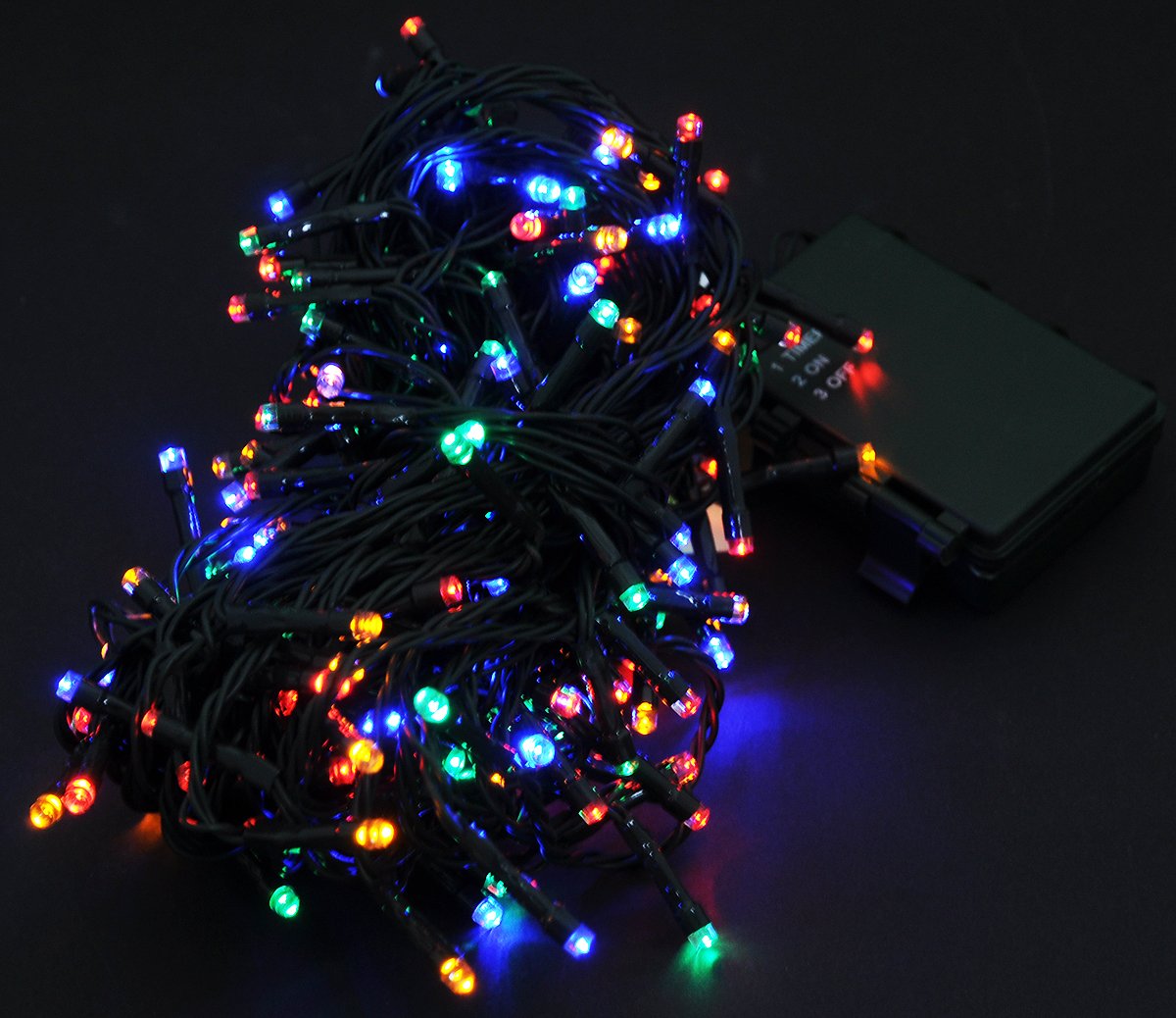 Гирлянда новогодняя Luca Lights, с контроллером, свет: мультиколор, 192 LED ламп, длина 14,4 м83089 (1034293)Новогодняя гирлянда Luca Lights, выполненная из качественных материалов, работает от 4 батареек типа АА. Блок для батареек водонепроницаемый.Изделие имеет временной контроллер. Когда вы включаете кнопку, огоньки горят 6 часов с этого момента. Через 6 часов отключаются. Через 18 часов после выключения включаются снова. Также предусмотрена кнопка, которая отключает этот режим. Оригинальный дизайн и красочное исполнение создадут праздничное настроение. Откройте для себя удивительный мир сказок и грез. Почувствуйте волшебные минуты ожидания праздника, создайте новогоднее настроение вашим дорогим и близким.Расстояние между лампочками 7,5 см.
