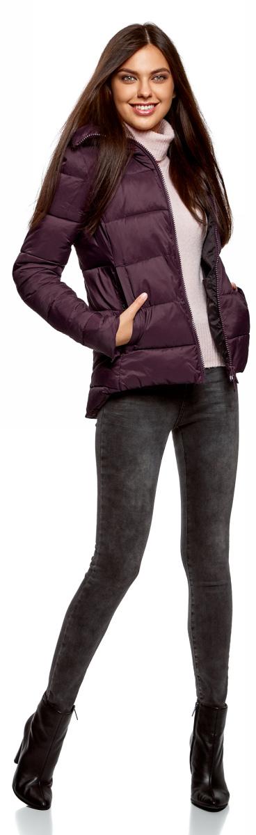 Куртка женская oodji Ultra, цвет: темно-фиолетовый. 10204045/45810/8801N. Размер 42-170 (48-170)10204045/45810/8801NПриталенная стеганая куртка с высоким воротником. Модель с закругленной удлиненной спинкой застегивается спереди на молнию по всей длине. Рукава по низу украшены молниями. Два врезных кармана с листочкой застегиваются на кнопки. Один из карманов декорирован стильной текстильной эмблемой. Высокий воротник можно отвернуть, плотно закрыв шею от ветра и холода, или слегка расстегнуть. Приталенная куртка отлично сидит, вытягивая силуэт и подчеркивая талию. Легкая теплая куртка с высоким воротом будет незаменима в прохладную и ветреную погоду. Утепленная стеганая куртка поможет вам завершить повседневный образ в холодные дни. Она хорошо сочетается с джинсами, брюками разных фасонов. Куртка будет эффектно смотреться и с зауженными юбками-миди. Особенно если к такому комплекту подобрать обувь на высоком каблуке – полуботинки или сапоги. Для более комфортных образов с джинсами можно подобрать ботинки-сникерсы или ботинки на толстой плоской подошве. Завершит наряд аккуратная трикотажная шапочка или теплая шапка фактурной вязки.