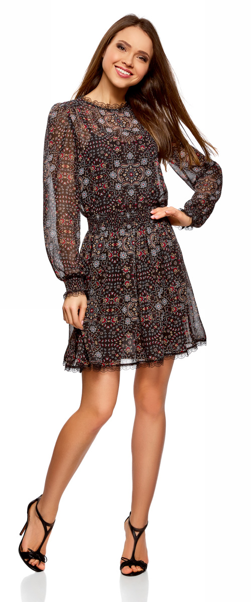 Платье oodji Ultra, цвет: черный, бежевый. 11913014-1/47372/2933E. Размер 42-170 (48-170)11913014-1/47372/2933EЭффектное двухслойное платье от oodji приталенного силуэта с длинным рукавом. Верхний слой платья – тонкий полупрозрачный материал, нижний слой – более плотная подкладка. Воротник-стойка из воздушного ажурного кружева смотрится нежно и романтично. На длинных свободных рукавах манжеты на резинке, отороченные ажурным кружевом. Такой же декор из нежного кружева идет по низу платья. На спинке вырез-капелька, с застежкой на пуговицу. Приталенный силуэт достигается за счет простроченных резинок на талии. Юбка ниспадает красивыми волнами. Платье длиной выше колена красиво подчеркивает талию и привлекает внимание к ногам.