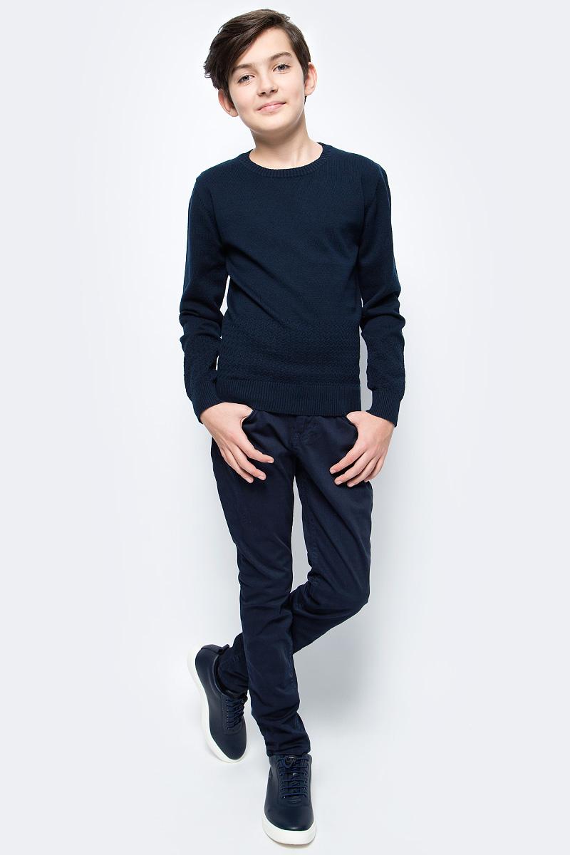 Брюки для мальчика Vitacci, цвет: синий. 1171457-04. Размер 1521171457-04Стильные брюки-джинсы для мальчика от Vitacci выполнены из вискозы и нейлона с добавлением эластана. Модель застегивается на гульфик с молнией и пуговицу. Пояс дополнен шлевками для ремня. Брюки имеют спереди два втачных кармана и один небольшой накладной кармашек. Карманы отделаны клепками.