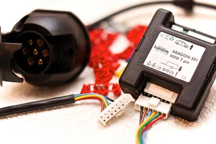 Универсальный комплект электрооборудования Aragon 501 Mini, 7 PinsKAD07C0Фаркопы Aragon произведены и сертифицированы на территории Евросоюза. Несут нагрузку до 3,5 тонн, имеются различные варианты электрики, в том числе для сложных автомобилей. Широкий ассортимент крюков включает вертикально-съемные, обеспечивающие невидимость фаркопа на автомобиле после снятия крюка.