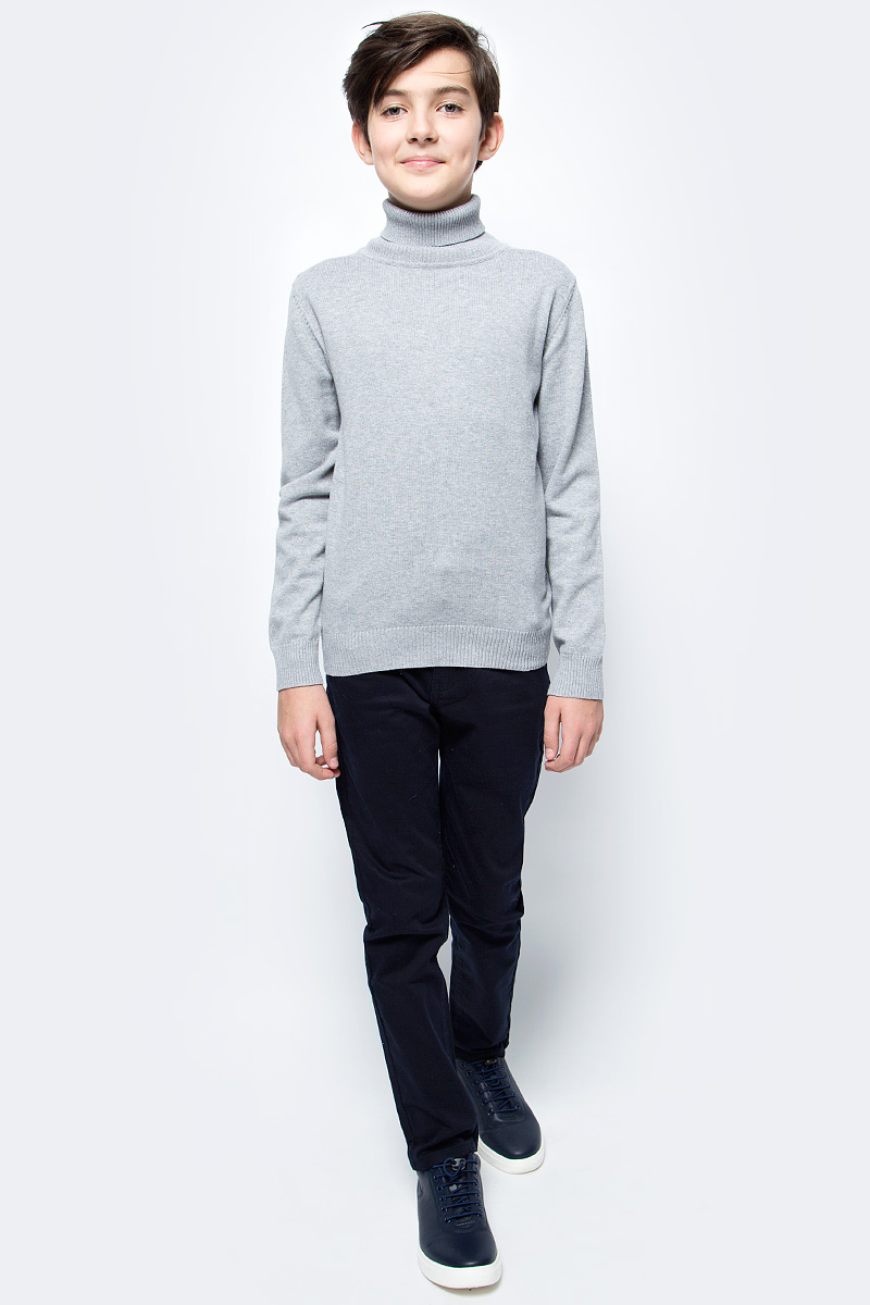 Свитер для мальчика Vitacci, цвет: серый. 1173003-02. Размер 1401173003-02Свитер для мальчика выполнен из качественного материала. Модель с воротником гольф и длинными рукавами.