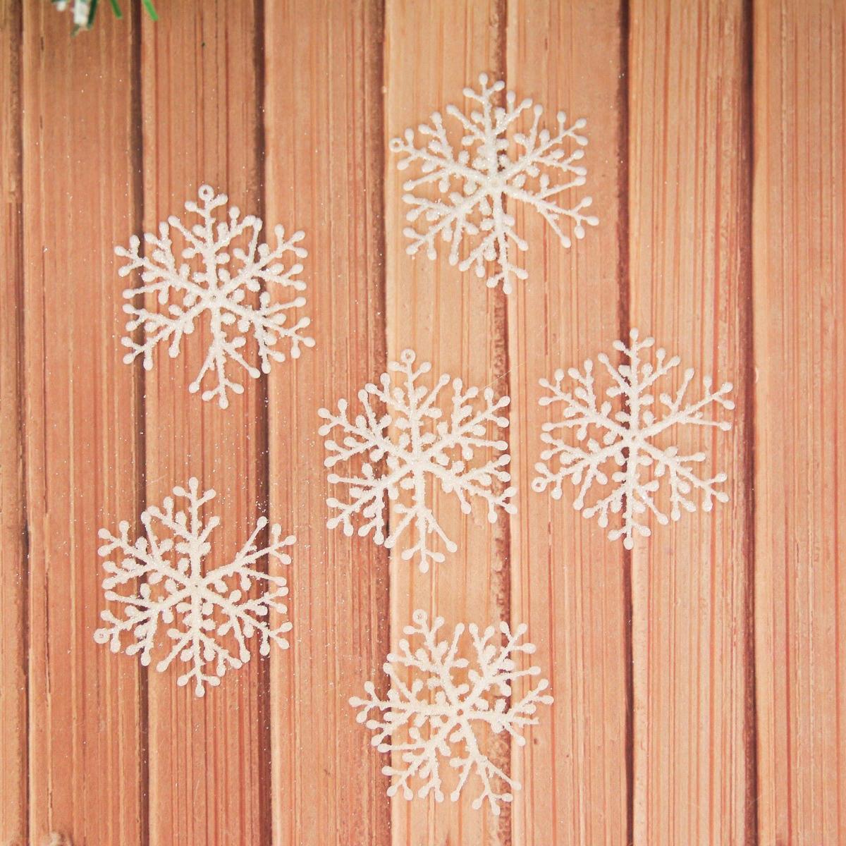 Набор новогодних подвесных украшений Снежинки, диаметр 5,5 см, 18 шт2155349Набор новогодних подвесных украшений отлично подойдет для декорации вашего дома и новогодней ели. С помощью специальной петельки украшение можно повесить в любом понравившемся вам месте. Но, конечно, удачнее всего оно будет смотреться на праздничной елке.Елочная игрушка - символ Нового года. Она несет в себе волшебство и красоту праздника. Такое украшение создаст в вашем доме атмосферу праздника, веселья и радости.