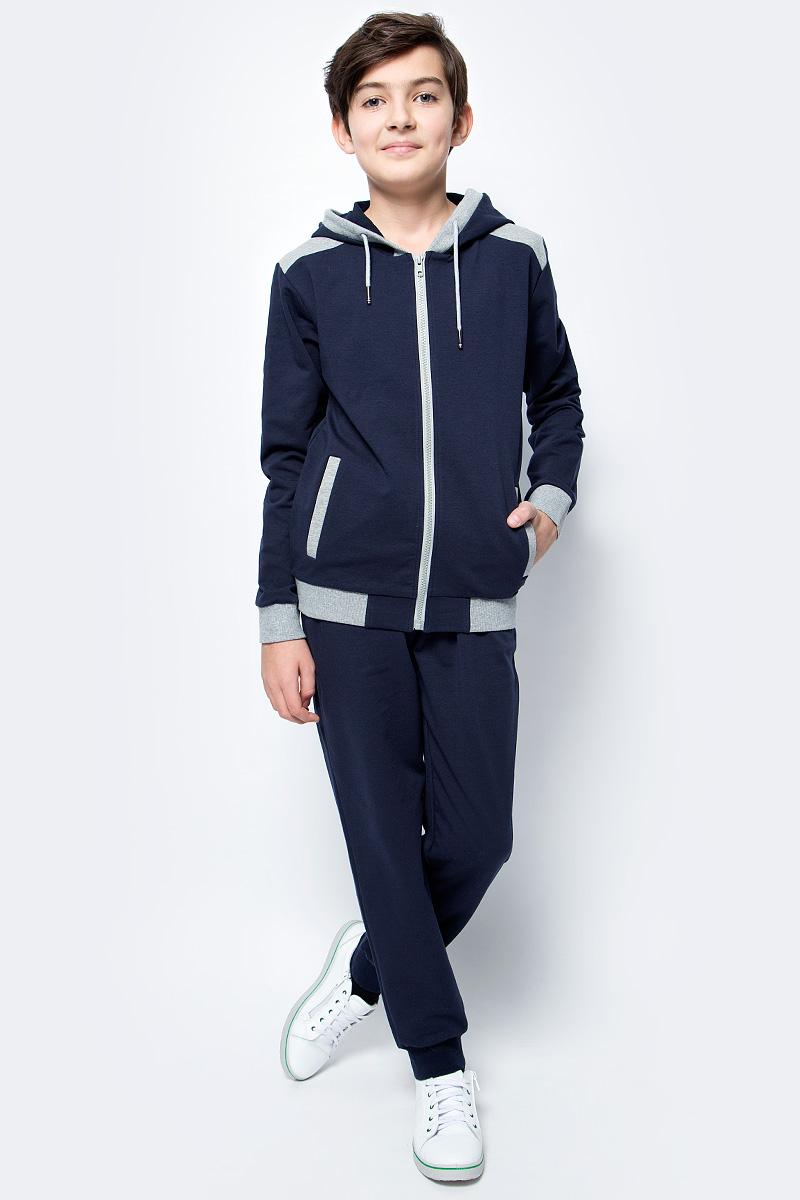 Спортивный костюм для мальчика Vitacci, цвет: темно-синий. 1173036-04. Размер 1461173036-04Спортивный костюм для мальчика выполнен из хлопка и полиэстера.Толстовка с капюшоном и длинными рукавами застегивается на пластиковую молнию. Манжеты и низ модели выполнены из трикотажной резинки.Спортивные брюки в поясе имеют эластичную резинку.