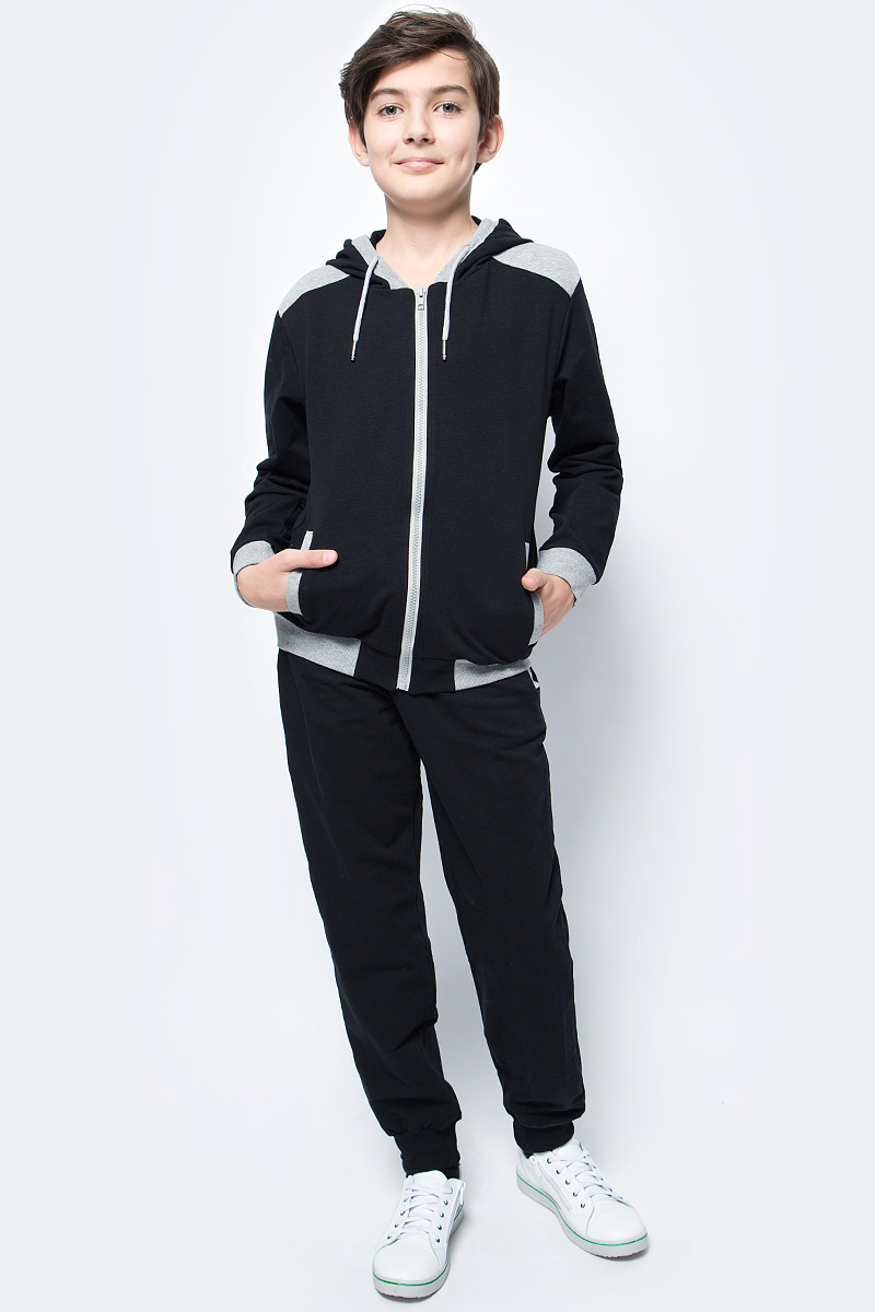 Спортивный костюм для мальчика Vitacci, цвет: черный. 1173036-03. Размер 1341173036-03Спортивный костюм для мальчика выполнен из хлопка и полиэстера.Толстовка с капюшоном и длинными рукавами застегивается на пластиковую молнию. Манжеты и низ модели выполнены из трикотажной резинки.Спортивные брюки в поясе имеют эластичную резинку.