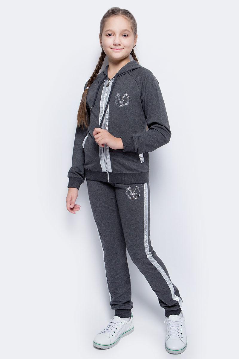 Спортивный костюм для девочки Vitacci, цвет: графитовый. 2171463-43. Размер 1402171463-43Спортивный костюм для девочки от Vitacci выполнен из хлопка с добавлением лайкры. Костюм включает куртку и брюки. Куртка имеет длинные рукава реглан, капюшон со шнурком для регулировки объема и два втачных кармана. Куртка застегивается на молнию. Брюки имеют стандартную посадку, два втачных кармана. Пояс на резинке оснащен шнурком для комфортной посадки. Манжеты рукавов, низ куртки и брючины отделаны эластичной резинкой. Костюм дополнен декоративными элементами из экокожи и стразами.