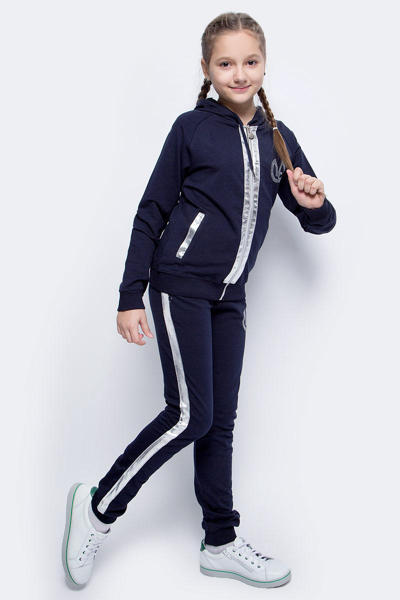 Спортивный костюм для девочки Vitacci, цвет: синий. 2171463-04. Размер 1342171463-04Спортивный костюм для девочки от Vitacci выполнен из хлопка с добавлением лайкры. Костюм включает куртку и брюки. Куртка имеет длинные рукава реглан, капюшон со шнурком для регулировки объема и два втачных кармана. Куртка застегивается на молнию. Брюки имеют стандартную посадку, два втачных кармана. Пояс на резинке оснащен шнурком для комфортной посадки. Манжеты рукавов, низ куртки и брючины отделаны эластичной резинкой. Костюм дополнен декоративными элементами из экокожи и стразами.