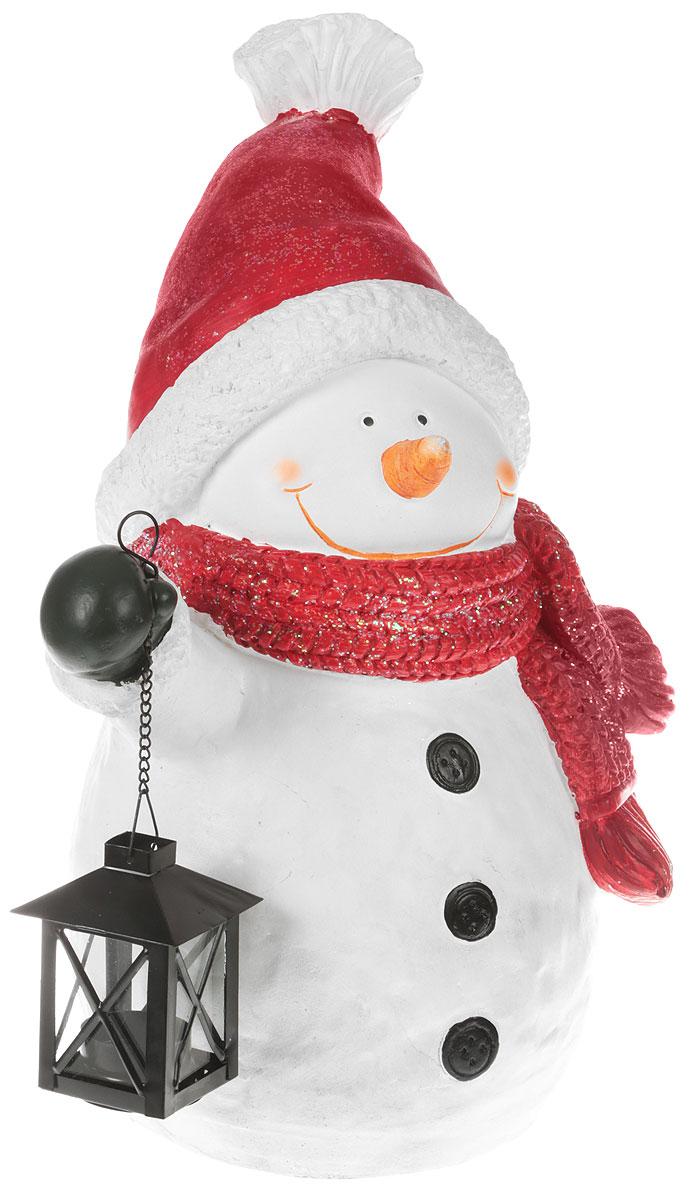 Фигурка новогодняя Magic Time Снеговик в шапке, 31,5 x 19,5 x 46 см. 4221842218Новогодняя декоративная фигурка Magic Time Снеговик в шапке прекрасно подойдет для праздничного декора вашего дома. Сувенир изготовлен из полирезина в виде забавного снеговика. Снеговик держит в руке подвижный, ночной фонарик, выполненный на цепочке. Такая оригинальная фигурка красиво оформит интерьер вашего дома или офиса в преддверии Нового года. Создайте в своем доме атмосферу веселья и радости, украшая его всей семьей красивыми игрушками, которые будут из года в год накапливать теплоту воспоминаний.