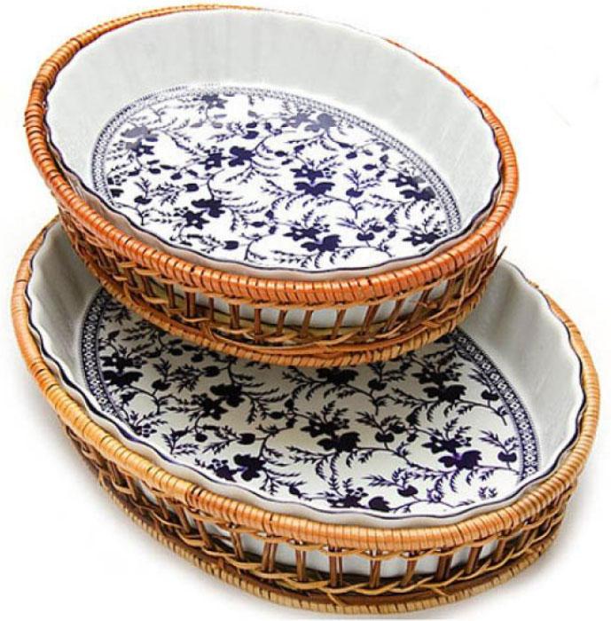 Набор форм для запекания Mayer & Boch Узор, в корзинках, 2 предмета. 24800813B000Набор овальных форм для запекания Mayer & Boch выполнен из высококачественного фарфора белого цвета и оформлен красочным изображением цветов. Плетеная корзина, в которую вставляется форма, послужит красивой и оригинальной подставкой. Посуда не впитывает посторонние запахи, не имеет труднодоступных выступов или изгибов, которые накапливают грязь, и легко чистится.Фарфоровая посуда выдерживает высокие перепады температуры, поэтому формы можно использовать в духовке, микроволновой печи, а также для хранения пищи в холодильнике. Можно мыть в посудомоечной машине.Форма прекрасно подойдет для запекания овощей, мяса и других блюд, а оригинальный дизайн и яркое оформление украсят ваш стол. Размеры: 33 х 23 х 5 см; 27 х 20,5 х 4 см. Объем: 2,1 л, 1,6 л.