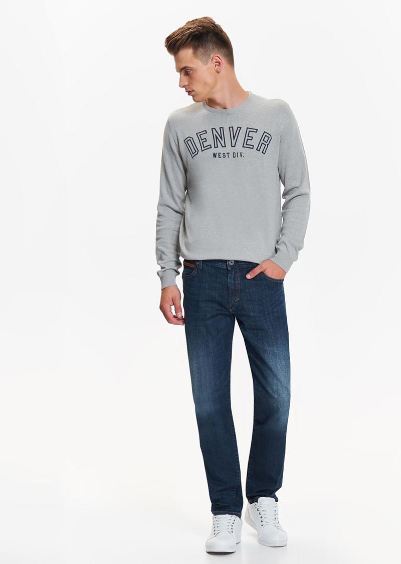 Джинсы мужские Top Secret, цвет: темно-синий. SSP2697GR. Размер 33-32 (48/50-32)SSP2697GRСтильные джинсы Top Secret высочайшего качества выполнены из плотного хлопка. Джинсы с декоративной потертостью впереди, станут отличным дополнением к вашему современному образу. Изделие застегивается на пуговицу в поясе и ширинку-молнию, также имеются шлевки для ремня. Спереди брюки оформлены двумя втачными карманами, а сзади - двумя заниженными накладными карманами. Отличный вариант на каждый день.