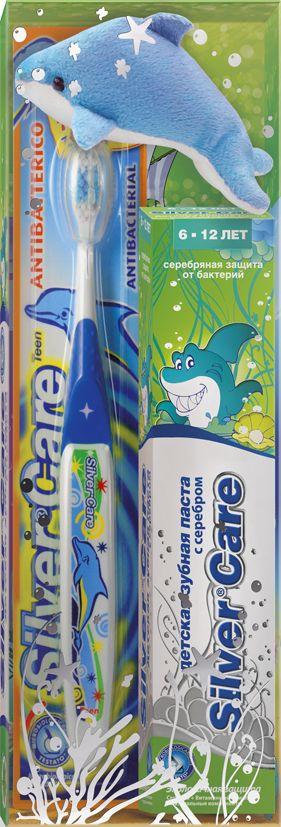 Silver Care Стоматологический набор для детей от 6 до 12 лет мятный микс26140_щетка синяяЕсть такое хорошее английское выражение: родился с серебряной ложечкой во рту.И означает оно, что малыш появился на свет везучим и все у него сложится. Так пусть же ваши дети начинают и заканчивают день, заряжаясь положительной энергией и при этом избавляясь от всех бактерий в полости рта. Такую возможность дарит производитель детских зубных паст и щеток Silver Care. Компания одна из первых запатентовала такую новинку, как щетка с серебряным покрытием. Эффективность напыления была подтверждена исследованиями, проведенными в Миланском университете. Специалисты доказали: драгоценный металл на поверхности зубной щетки убивает бактерии, вызывающие кариес, заболевания и воспаления десен. Доказанная антибактериальная активность серебра стала основанием для создания зубных паст на основе серебра.Silver Care стоматологический набор для детей от 6 до 12 лет.В комплект входит: - антибактериальная зубная щетка Silver Care с 7 до 12 лет;- зубная паста Silver Care с серебром от 6 до 12 лет с приятным мятным вкусом;- мягкая игрушка. Теперь повседневная чистка зубов превратится в увлекательный и познавательный процесс!УВАЖАЕМЫЕ КЛИЕНТЫ!Обращаем ваше внимание на возможные изменения в цветовом дизайне,связанные с ассортиментом продукции. Поставка осуществляется взависимостиот наличия на складе.