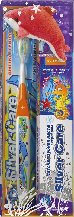 Silver Care Стоматологический набор для детей от 6 до12 лет без фтора лесные ягоды26145_щетка оранжеваяЕсть такое хорошее английское выражение: родился с серебряной ложечкой во рту. И означает оно, что малыш появился на свет везучим и все у него сложится. Так пусть же ваши дети начинают и заканчивают день, заряжаясь положительной энергией и при этом избавляясь от всех бактерий в полости рта. Такую возможность дарит производитель детских зубных паст и щеток Silver Care. Компания одна из первых запатентовала такую новинку, как щетка с серебряным покрытием. Эффективность напыления была подтверждена исследованиями, проведенными в Миланском университете. Специалисты доказали: драгоценный металл на поверхности зубной щетки убивает бактерии, вызывающие кариес, заболевания и воспаления десен. Доказанная антибактериальная активность серебра стала основанием для создания зубных паст на основе серебра. Silver Care стоматологический набор для детей от 6 до 12 лет. В комплект входит: -антибактериальная зубная щетка Silver Care с 7 до 12 лет - зубная паста Silver Care с серебром от 6 до 12 лет с приятным вкусом лесных ягод БЕЗ фтора - мягкая игрушка. Теперь повседневная чистка зубов превратится в увлекательный и познавательный процесс!УВАЖАЕМЫЕ КЛИЕНТЫ!Обращаем ваше внимание на возможные изменения в цветовом дизайне,связанные с ассортиментом продукции. Поставка осуществляется взависимостиот наличия на складе.