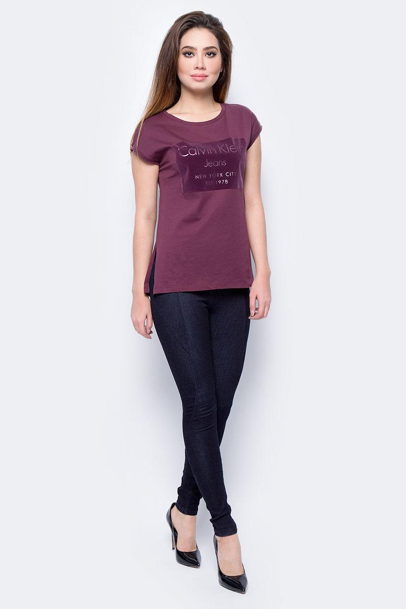 Футболка женская Calvin Klein Jeans, цвет: бордовый. J20J206065_9020. Размер S (42/44)J20J206065_9020Футболка женская Calvin Klein Jeans выполнена из натурального хлопка. Модель с круглым вырезом горловины и короткими рукавами.