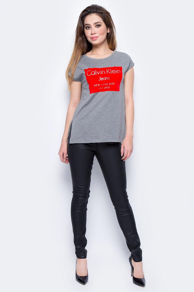 Брюки женские Calvin Klein Jeans, цвет: черный. J20J206138_9173. Размер 28 (42/44)J20J206138_9173Стильные женские брюки Calvin Klein Jeans, изготовленные из качественного материала, созданы для модных и ярких девушек.Модель с ширинкой на молнии дополнительно застегивается на пуговицу. Брюки дополнены двумя прорезными карманами и скрытым кармашком спереди и двумя накладными карманами сзади. На поясе имеются шлевки для ремня.В этих модных брюках вы будете чувствовать себя уверенно, оставаясь в центре внимания.