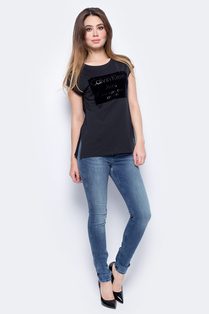 цены на Футболка женская Calvin Klein Jeans, цвет: черный. J20J206065_0990. Размер S (42/44) в интернет-магазинах