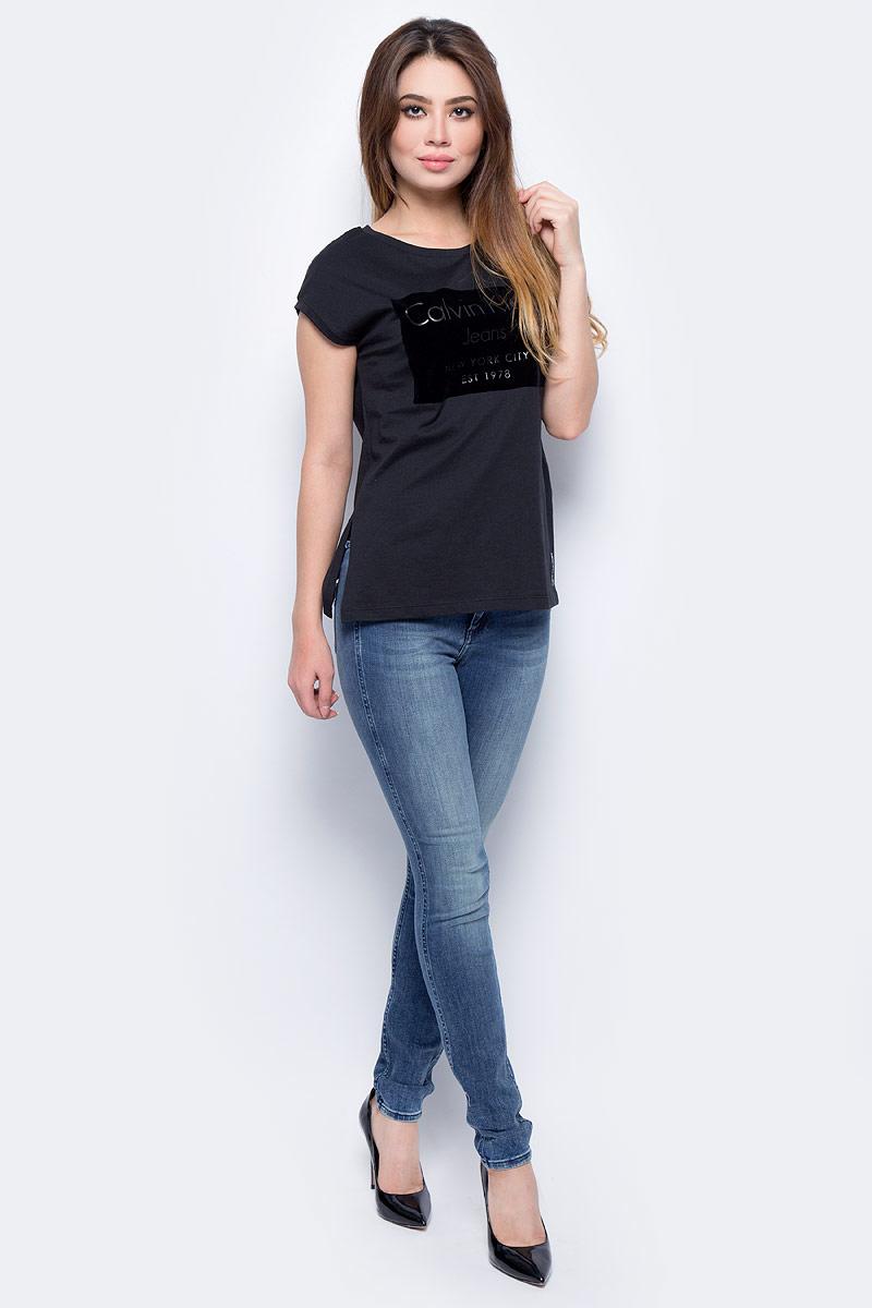 Джинсы женские Calvin Klein Jeans, цвет: синий. J20J205907_9193. Размер 28-32 (42/44-32)J20J205907_9193Стильные женские джинсы Calvin Klein Jeans, изготовленные из качественного материала, созданы для модных и ярких девушек.Модель с ширинкой на молнии дополнительно застегивается на пуговицу. Джинсы дополнены двумя прорезными карманами и скрытым кармашком спереди и двумя накладными карманами сзади. На поясе имеются шлевки для ремня.В этих модных джинсах вы будете чувствовать себя уверенно, оставаясь в центре внимания.