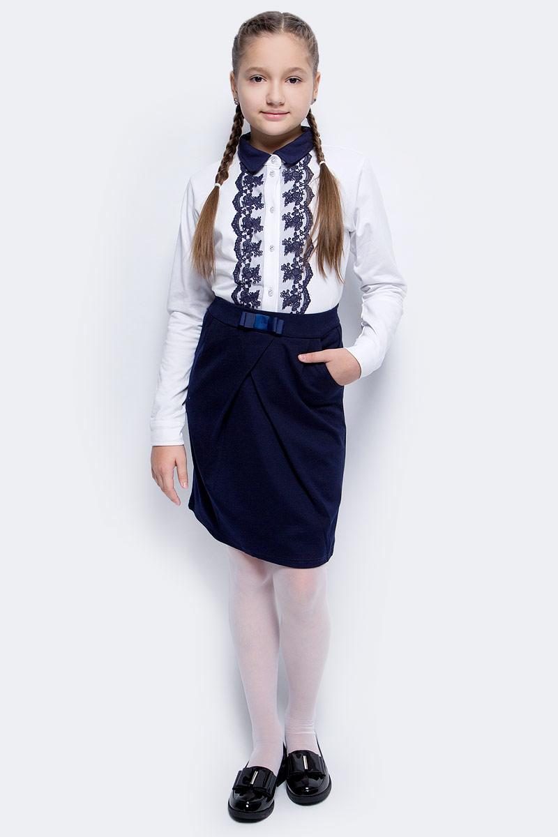 Блузка для девочки Luminoso, цвет: белый, темно-синий. 728147. Размер 122728147Классическая детская блузка Luminoso выполнена из хлопка с добавлением эластана. Модель застегивается на пуговицы, имеет длинные рукава с манжетами на пуговицах и отложной воротник. Декорирована кружевом контрастного цвета.