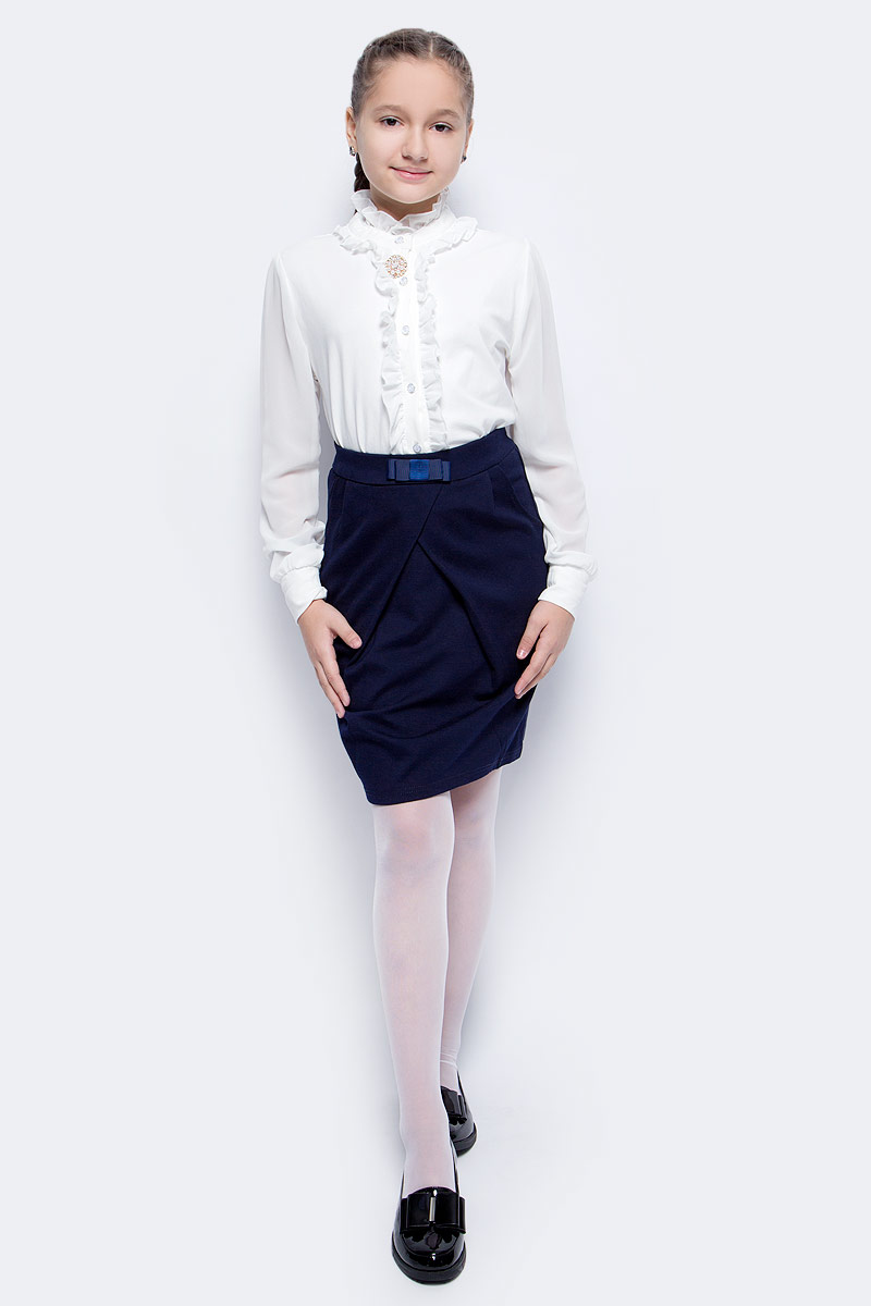 Блузка для девочки Luminoso, цвет: молочный. 728160. Размер 122728160Детская блузка Luminoso выполнена из хлопка с добавлением эластана. Модель имеет длинные рукава с эластичными манжетами и воротник с застежкой на пуговицу. Блузка украшена рюшами и декоративными пуговицами, а также дополнена брошкой.