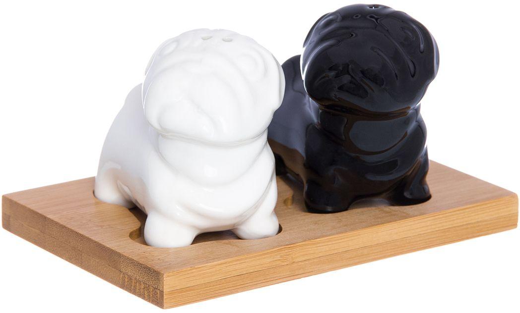 Набор для специй Elan Gallery Мопсы черно-белые, на подставке, 2 предмета540193Оригинальный набор для специй прекрасно будет смотреться на любом столе. Станет замечательным подарком по любому поводу. Объем 45 мл.