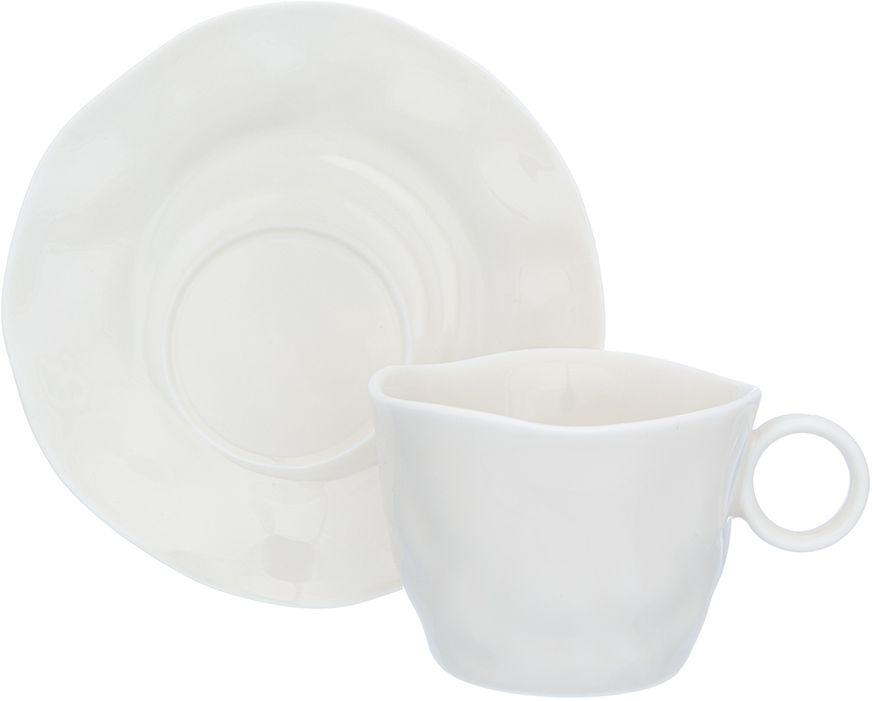 Чайная пара из серии «Бежевая» состоит из чашки объемом 200 мл и блюдца.  Чайная пара выполнена из высококачественного фарфора по особой технологии  обжига, при которой цвет долго не тускнеет. Современный необычный дизайн —  вся посуда этой серии выполнена в особой технике «мятой бумаги», в  производстве которой используется только высококачественный костяной  материал. Чашка этой чайной пары легкая, приятно ложится в руку благодаря  неровности поверхности, а лаконичность и нежное цветовое решение пары  сделают любое чаепитие уникальным. В ассортименте серии также представлены  столовые тарелки, салатники, кружки, чайники и сахарницы еще в двух расцветках   - «Мятная» и «Морозное небо», которые прекрасно смотрятся как одной серией,  так и миксом, так как все цвета прекрасно сочетаются друг с другом.
