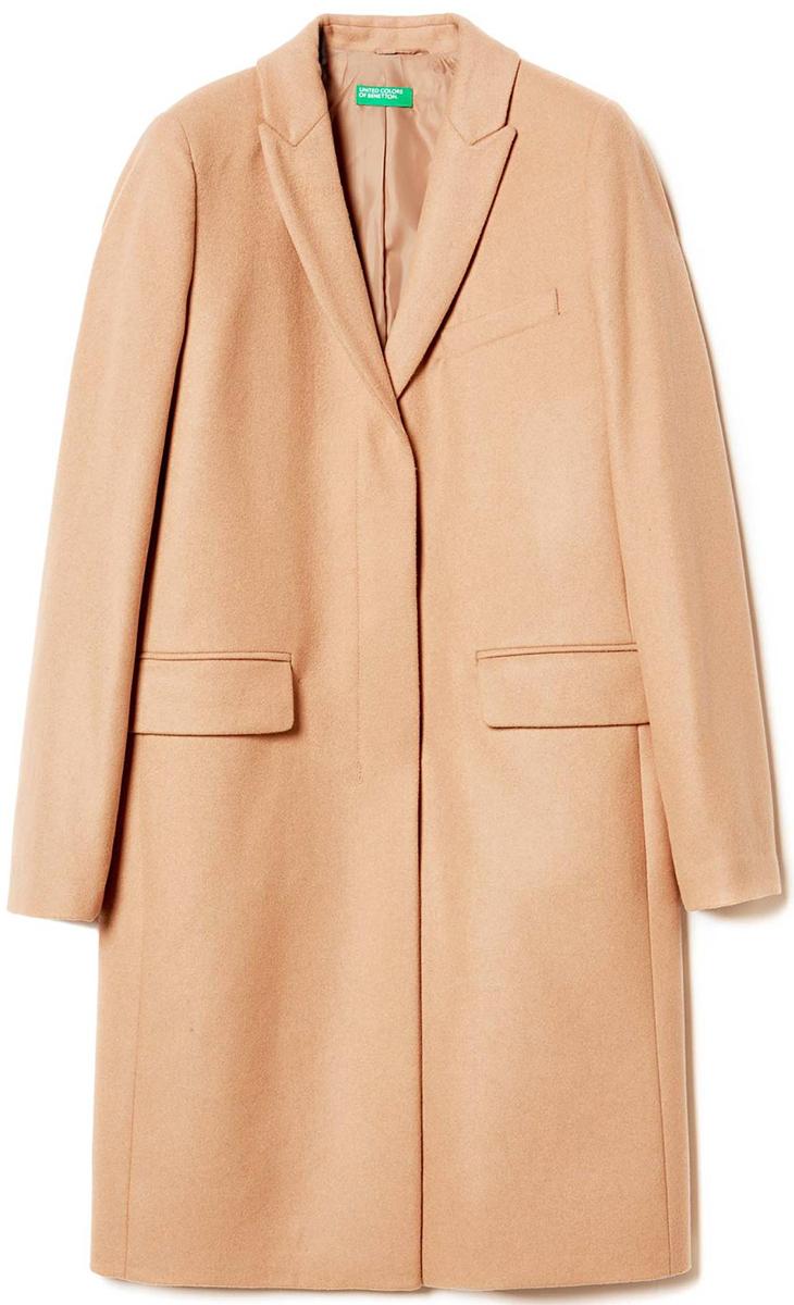 Пальто женское United Colors of Benetton, цвет: бежевый. 2ED95K1N5_193. Размер 42 (44)2ED95K1N5_193Стильное женское пальто выполнено из качественного материала. Модель с лацканами застегивается на пуговицы.