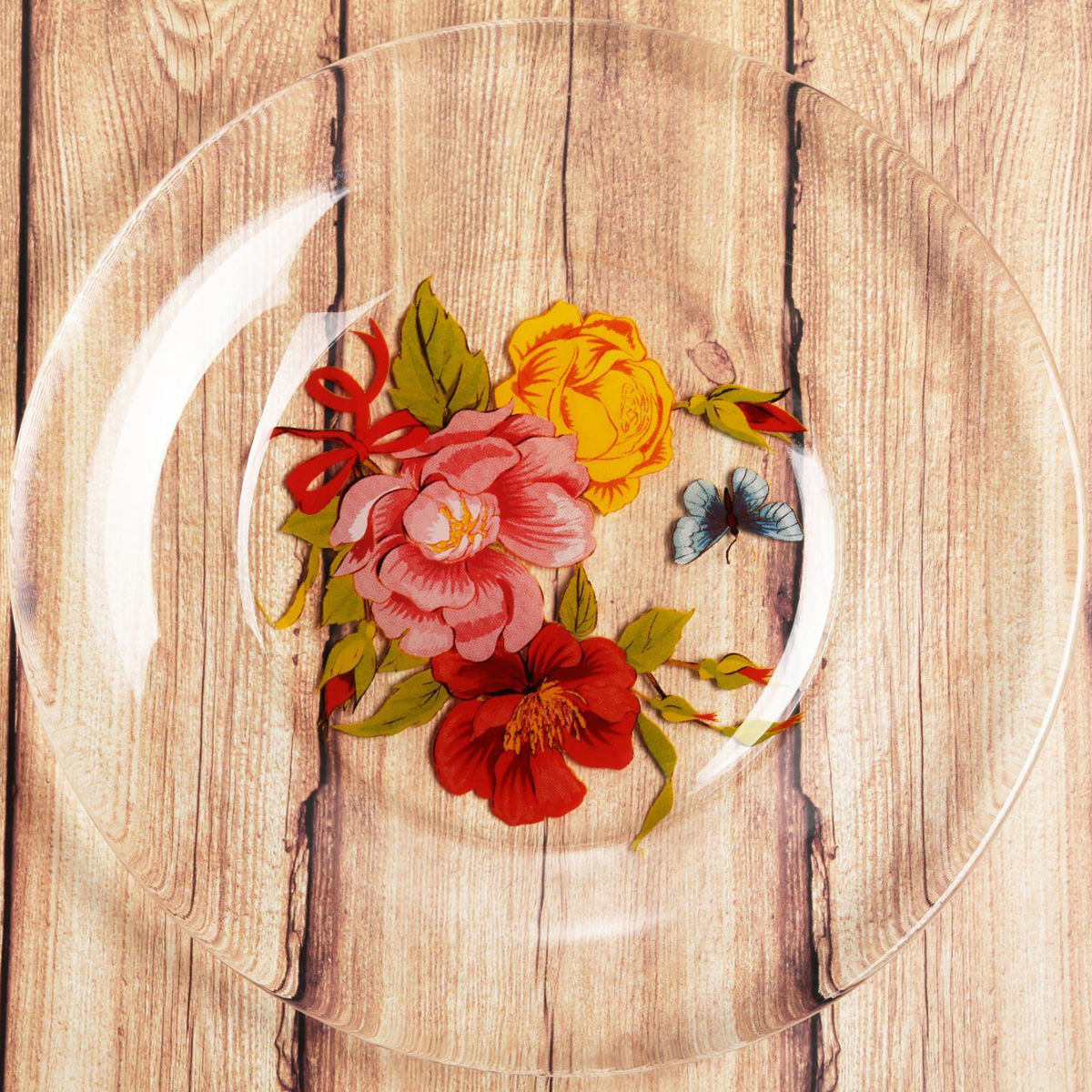 Красивая тарелка с рисунком дополнит праздничный стол, ведь прозрачное стекло выглядит элегантно и стильно.Предмет можно использовать в микроволновой печи и посудомоечной машине.При бережном обращении изделие будет радовать вас безукоризненным внешним видом долгие годы.