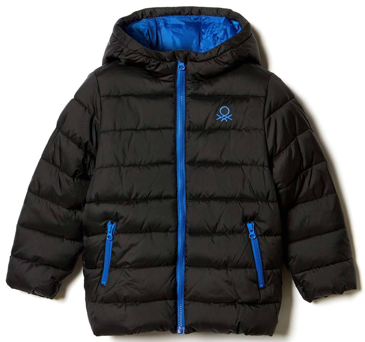 Куртка для мальчика United Colors of Benetton, цвет: черный. 2WU0539Q0_100. Размер 1402WU0539Q0_100Куртка для мальчика United Colors of Benetton выполнена из полиэстера. Модель с капюшоном и длинными рукавами застегивается на застежку-молнию.