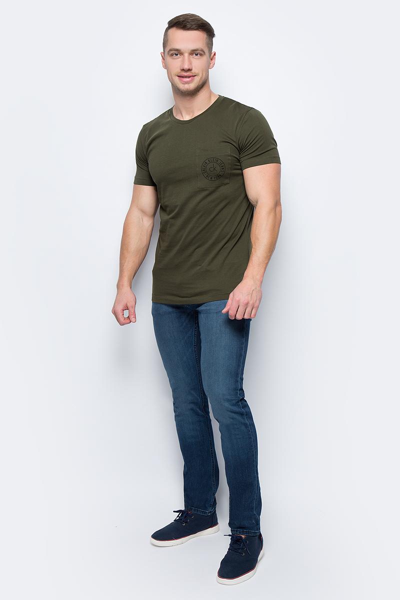 Футболка мужская Calvin Klein Jeans, цвет: зеленый. J30J305665_3660. Размер L (46/48)J30J305665_3660Футболка мужская Calvin Klein Jeans выполнена из натурального хлопка. Модель с круглым вырезом горловины и короткими рукавами.