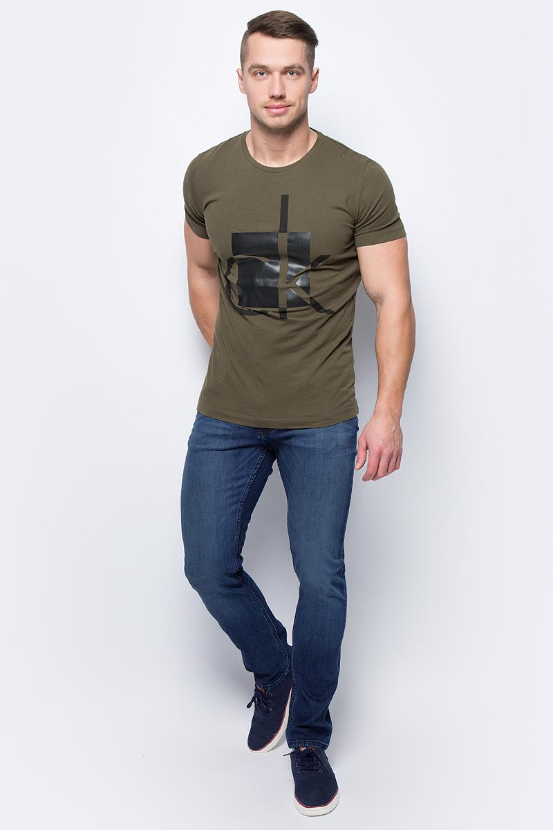 Джинсы мужские Calvin Klein Jeans, цвет: синий. J30J305760_9134. Размер 38 (58/60)J30J305760_9134Стильные джинсы Calvin Klein Jeans изготовлены из качественного материала.Модель с ширинкой на молнии дополнительно застегивается на пуговицу. Джинсы дополнены двумя прорезными карманами и скрытым кармашком спереди и двумя накладными карманами сзади. На поясе имеются шлевки для ремня.В этих модных джинсах вы будете чувствовать себя уверенно, оставаясь в центре внимания.