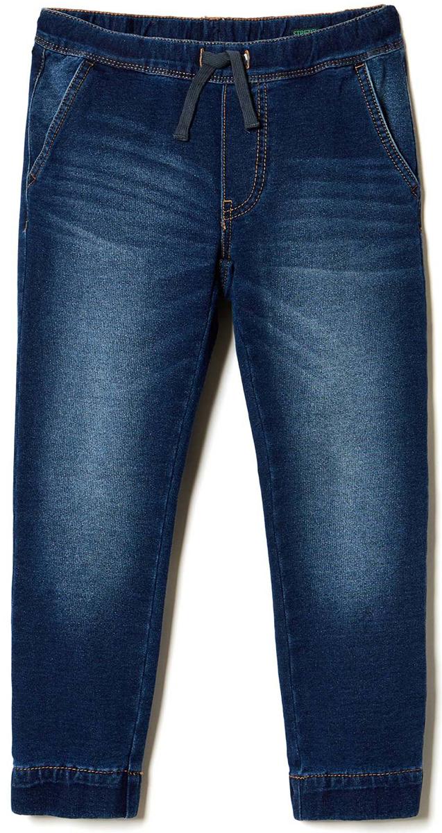 Брюки для мальчика United Colors of Benetton, цвет: синий. 4BAY55750_901. Размер 1604BAY55750_901Стильные брюки идеально подойдут для отдыха и прогулок. Изготовленные из высококачественного материала, они необычайно мягкие и приятные на ощупь, не сковывают движения малышки и позволяют коже дышать, не раздражают даже самую нежную и чувствительную кожу ребенка, обеспечивая наибольший комфорт. Брюки на талии имеют широкую эластичную резинку, благодаря чему они не сдавливают животик ребенка и не сползают. Оригинальный современный дизайн и модная расцветка делают эти брюки модным и стильным предметом детского гардероба.