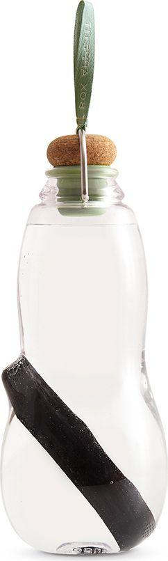 Эко-бутылка Black+Blum Eau Good, с фильтром, цвет: оливковый, 800 млEG010Сделайте воду из-под крана полезной. Как? Очень просто – используйте бутылку со специальным фильтром-ионизатором. Наполните бутылку, поставьте в холодильник и через 6-8 часов вы получите чистую и вкусную воду. В основе технологии очищения лежит угольный фильтр Binchotan, широко используемый в Японии с 17 века. Он эффективно убирает хлор, минерализует воду и выравнивает PH-баланс. Фильтр сохраняет свою активность 6 месяцев и утилизируется без вреда для экологии. Если вы наполняете бутылку 1 раз в день, через 3 месяца прокипятите фильтр в течение 10 минут, дайте высохнуть и используйте снова. Бутылка сделана из прочного пищевого пластика, похожего на стекло, и выдержит любой удар. Обычный пластик разлагается сотни лет, так что лучше не засорять планету и использовать многоразовую посуду, тем более, если она выглядит так стильно! Объем: 800 мл.