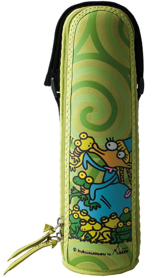 Термос Laken Beverages Kukuxumuxu. Glovolando, с чехлом, 500 млK1800.05-PRТермос Laken Kukuxumusu Thermo 0,5 л подойдет для повседневного использования. Сделан из прочной нержавеющей стали с высококачественной вакуумной изоляцией. Прекрасно сохраняет содержимое теплым или холодным на протяжении более чем 18 часов, комплектуется стандартной кнопочной пробкой, не требующей выкручивания. Широкое горлышко позволяет добавлять в содержимое кубики льда, пакетики чая, а кроме того термос удобно мыть. Поставляется в веселом неопреновом чехле, который обеспечивает дополнительную термоизоляцию и поднимет настроение каждому ребенку. Оснащен регулируемой ручкой на липучке.Особенности: Произведены из пищевой нержавеющей стали 18/8 самого высокого качества, не нуждается в дополнительном защитном покрытии. Внутренняя поверхность 100% нержавеющая сталь. Чехол из неопрена с ручкой на липучке. Удерживает напитки теплыми в течение 12 часов или холодными - до 24 часов (для холодных напитков рекомендуется добавление кубиков льда). Вакуумная изоляция высокого качества. Не дает возможности образования конденсата на поверхности. Температура содержимого, высокая или низкая, не передается наружу. 100% защита от протекания. Не содержит Бисфенол А, фталаты, свинец и другие токсичные вещества. Не удерживают и не передают вкусов и запахов. Широкая термоизолирующая крышка. Поддаются реутилизации.Комплектация: Термос. Пробка. Чехол