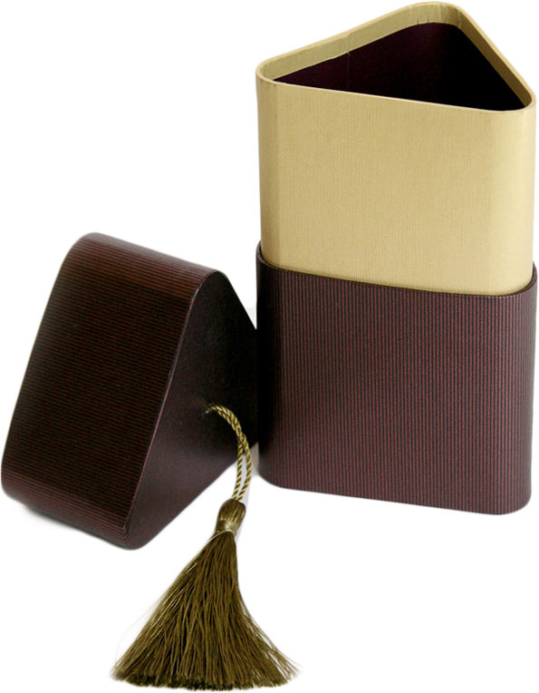 """Подарочная коробка """"Три грани"""" изготовлена из плотного картона, изделие имеет необычную форму, крышка декорирована текстильной кисточкой. Прекрасно подходит в качестве подарочной упаковки для мелких предметов. Красивый дизайн привлекает внимание, кроме того, он универсальный, поэтому коробка подойдет в качестве подарочной упаковки как для женщин, так и для мужчин.  Подарок, преподнесенный в оригинальной упаковке, всегда будет самым эффектным и запоминающимся. Окружите близких людей вниманием и заботой, вручив презент в нарядном, праздничном оформлении."""