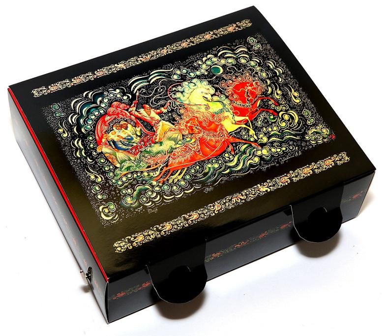 Коробка подарочная Правила Успеха Тройка, музыкальная, 20,5 х 18,5 х 7,5 см4610009214337Дизайн подарочной коробки Правила Успеха выполнен художественной росписью - Палех. Пишется Палех яркими темперными красками,густыми и плотными мазками, либо тонкими и полупрозрачными. Для начала на изделие наносится чёрная краска, что в палехе является фономдля рисунка. Чтобы нарисовать одну картину уходит очень много времени, не один месяц, это очень сложный и трудоёмким процесс. В результате получается картины сказочной красоты, которые потом используются в упаковках. Упаковку хочется держать в руках и рассматривать детали картины. Подарки в этой упаковке будут смотреться роскошно и благородно. Коробка изготовлена из картона. Тиснение выполнено золотой фольгой. Дополнительные опции: Музыкальный механический механизм. На оборотной стороне крышки - стихи. Размер: 20,5 х 18,5 х 7,5 см.