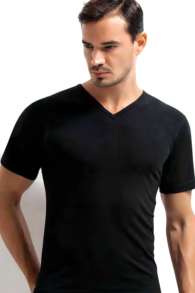 Футболка мужская Dorea, цвет: черный. c0e1501-0012 / 1005. Размер M (46/48)c0e1501-0012 / 1005Футболок в мужском шкафу никогда не бывает много. Это основа любого мужского гардероба! Модель от Dorea с V-образным вырезом выполнена из высококачественного материала и идеально подойдет как для занятий спортом, так и для создания неформального повседневного образа.
