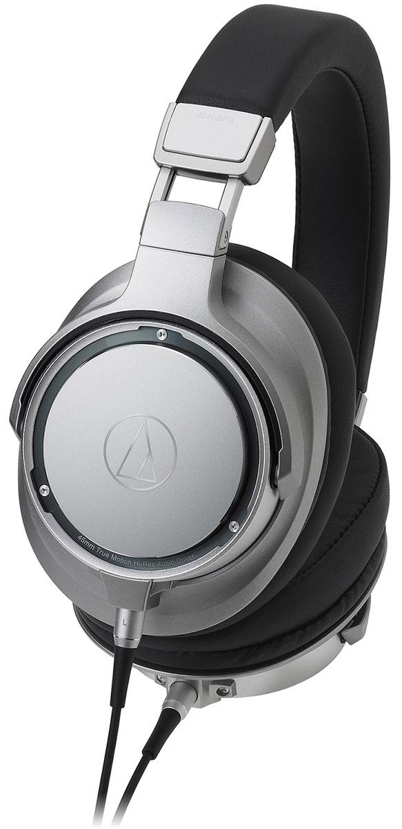 Audio-Technica ATH-SR9, Silver Black наушники15119210Audio-Technica ATH-SR9 воспроизводят звук высокого разрешения во всем слышимом диапазоне, обеспечивая наилучшую достоверность воспроизведения среди портативных наушников.45-мм Hi-Res динамики оснащены высокопроизводительной магнитной системой с железным сердечником для максимума отдачи, а звуковая катушка намотана проводом из чистейшей бескислородной меди 7N, проводящей аудиосигнал наилучшим образом.Покрытие диафрагмы алмазоподобным углеродом увеличивает жесткость и улучшает звучание на высоких частотах, технология расположения динамика в чашке Midpoint Mounting акустически уравновешивает динамик. Роскошные материалы с памятью формы запоминают геометрию головы и даже распределяют вес наушников таким образом, что делают возможным более длительное прослушивание.Диафрагмы, покрытые алмазоподобным углеродомТехнология расположения динамика Midpoint MountingРоскошные амбушюры и оголовье с памятью формыСоединители A2DC для лучшего разделения стереоканаловСоответствуют требованиям сертификации Hi-Res аудио