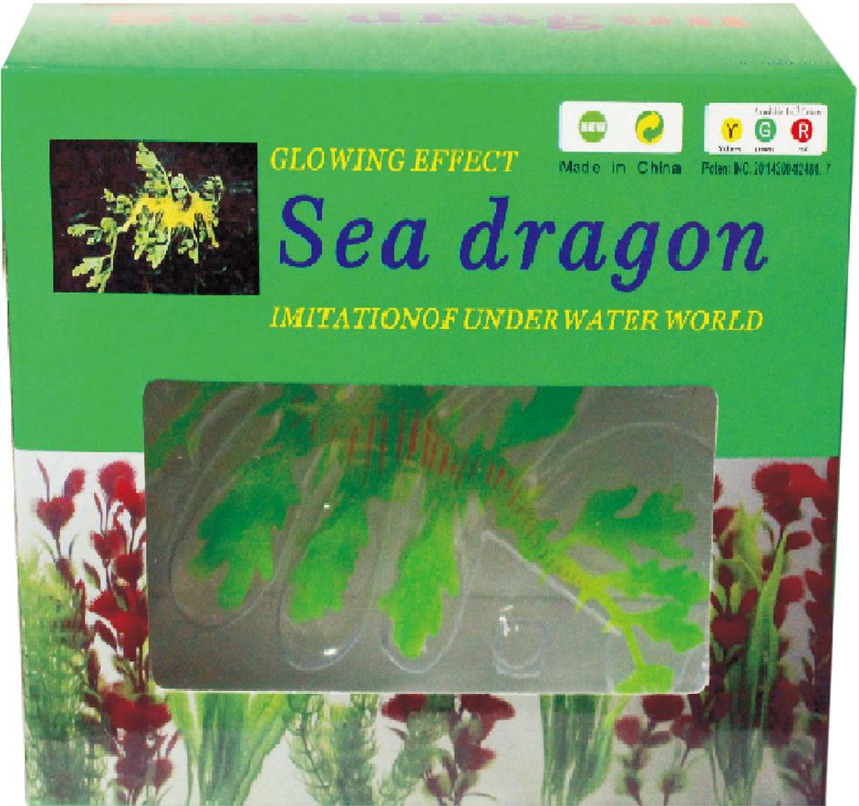 Декор из силикона Meijing Aquarium Морской дракон, 18 см. YM-1504BYM-1504BЗабавная фигурка из силикона изображающая морского дракона оживит пейзаж любогоаквариума. Она может двигаться на течении и шевелить плавниками, плавая на леске, которуюкрепят к стеклу аквариума присоской. Особенно к месту будет она в аквариуме, оформленном какморской, с дополнительной синей подсветкой, так как фигурка обладает сильнымфлуоресцентным эффектом.